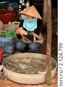 Девушка с мобильным телефоном продает крабов на рынке (2010 год). Редакционное фото, фотограф Яна Королёва / Фотобанк Лори