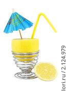 Купить «Лимонный коктейль с зонтиком и трубочкой на белом фоне», фото № 2124979, снято 2 ноября 2010 г. (c) Светлана Зарецкая / Фотобанк Лори
