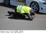 Купить «Фотограф снимает колесо автомобиля», фото № 2125231, снято 23 мая 2010 г. (c) Юрий Андреев / Фотобанк Лори