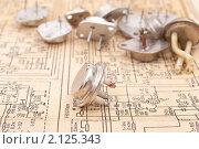 Старые транзисторы на схеме электрической-принципиальной. Стоковое фото, фотограф Дмитрий Сечин / Фотобанк Лори