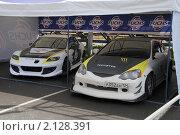 Купить «Две спортивные машины под навесом», фото № 2128391, снято 6 июня 2010 г. (c) Юрий Андреев / Фотобанк Лори