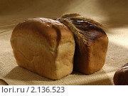 Две булки  хлеба с колосьями пшеницы на столе. Стоковое фото, фотограф Виктор Березин / Фотобанк Лори