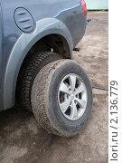 Купить «Замена резины на автомобиле», фото № 2136779, снято 28 октября 2010 г. (c) Куликова Татьяна / Фотобанк Лори