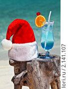 Купить «Шапка Санта-Клауса и коктейль на берегу моря», фото № 2141107, снято 19 марта 2019 г. (c) М / Фотобанк Лори