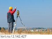 Купить «Рабочий, использующий специальное оборудование на строительной площадке», фото № 2142427, снято 6 октября 2010 г. (c) Дмитрий Калиновский / Фотобанк Лори