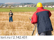 Купить «Рабочий, использующий специальное оборудование на строительной площадке», фото № 2142431, снято 6 октября 2010 г. (c) Дмитрий Калиновский / Фотобанк Лори