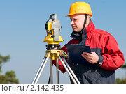 Рабочий, использующий специальное оборудование на строительной площадке. Стоковое фото, фотограф Дмитрий Калиновский / Фотобанк Лори