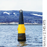 Морской сигнальный буй на фоне сопок. Стоковое фото, фотограф Маркин Роман / Фотобанк Лори