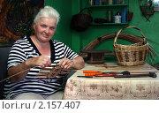 Купить «Женщина плетет корзинку», фото № 2157407, снято 11 июня 2010 г. (c) Николай Комаровский / Фотобанк Лори