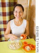 Купить «Женщина за столом фарширует помидоры», фото № 2169619, снято 14 ноября 2010 г. (c) Яков Филимонов / Фотобанк Лори