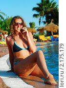 Счастливая девушка с телефоном у бассейна. Стоковое фото, фотограф Сергей Петерман / Фотобанк Лори