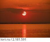Купить «Багряный закат над морем. Солнце спряталось за облако», фото № 2181591, снято 18 июля 2009 г. (c) Екатерина Белоусова / Фотобанк Лори