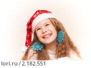 Счастливая девочка в красном колпаке Деда Мороза. Стоковое фото, фотограф Анастасия Шелестова / Фотобанк Лори