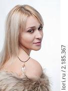 Красивая блондинка в меховой накидке. Стоковое фото, фотограф SvetlanaPanteleeva / Фотобанк Лори