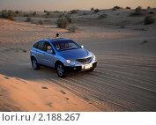 Купить «Фотограф на машине в пустыне», фото № 2188267, снято 20 ноября 2010 г. (c) Юлия Машкова / Фотобанк Лори
