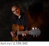 Купить «Парень с гитарой», фото № 2199343, снято 21 июля 2018 г. (c) Александр Лычагин / Фотобанк Лори