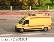Купить «Автомобиль скорой помощи на дороге», эксклюзивное фото № 2200951, снято 30 сентября 2010 г. (c) Алёшина Оксана / Фотобанк Лори