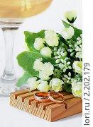 Купить «Свадебная композиция - обручальные кольца, бокал с шампанским и цветы», фото № 2202179, снято 7 декабря 2010 г. (c) Светлана Зарецкая / Фотобанк Лори