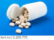 Купить «Баночка с рассыпавшимися таблетками», эксклюзивное фото № 2205775, снято 10 декабря 2010 г. (c) Сайганов Александр / Фотобанк Лори