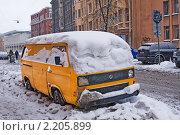 Купить «Старый автомобиль Фольксваген заваленный снегом», эксклюзивное фото № 2205899, снято 5 декабря 2010 г. (c) Андрей Ижаковский / Фотобанк Лори