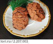 Купить «Новогодний десерт - пирожные в виде шишек», фото № 2207003, снято 13 января 2010 г. (c) Светлана Зарецкая / Фотобанк Лори
