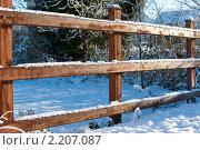 Купить «Деревянная изгородь запорошенная снегом», фото № 2207087, снято 8 декабря 2010 г. (c) Татьяна Кахилл / Фотобанк Лори