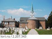 Кладбище на заднем дворе католической церкви в Америке. Стоковое фото, фотограф Владимир Одегов / Фотобанк Лори