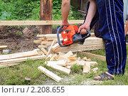 Купить «Работа с бензопилой», фото № 2208655, снято 26 июня 2009 г. (c) Сергей Яковлев / Фотобанк Лори