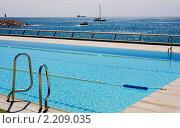 Плавательный бассейн с видом на Средиземное море. Стоковое фото, фотограф valentina vasilieva / Фотобанк Лори