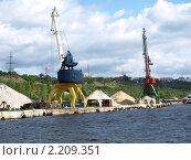Купить «Грузовой порт, Ульяновск», фото № 2209351, снято 29 июня 2009 г. (c) Сергей Юрьев / Фотобанк Лори