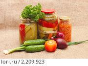Купить «Свежие и консервированные овощи», фото № 2209923, снято 23 октября 2009 г. (c) Воронин Владимир Сергеевич / Фотобанк Лори