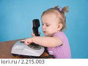 Купить «Девочка осваивает телефон», фото № 2215003, снято 12 декабря 2010 г. (c) Анатолий Ефимов / Фотобанк Лори
