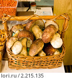Белые грибы в корзинке. Стоковое фото, фотограф Виталий Калугин / Фотобанк Лори