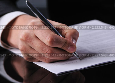 Бизнесмен заполняет документ