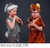 Маленькие дети в костюмах зайчика и белочки. Стоковое фото, фотограф Сергей Салдаев / Фотобанк Лори
