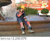 Рабочий отдыхает у фонтана около Большого театра (2010 год). Редакционное фото, фотограф lana1501 / Фотобанк Лори