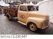 Машина opel с бельгийским пивом kwak (2010 год). Редакционное фото, фотограф Дмитрий Бороздин / Фотобанк Лори