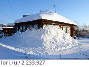 Купить «Заводоуковск. Деревянный дом занесенный снегом», фото № 2233927, снято 18 декабря 2010 г. (c) Александр Тараканов / Фотобанк Лори