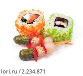 """Купить «Суши ( роллы урамаки """"Калифорния"""" ), японская кухня и маринованные овощи на шпажках», фото № 2234871, снято 21 октября 2009 г. (c) ElenArt / Фотобанк Лори"""