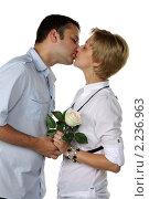 Купить «Молодая влюбленная пара в студии на белом фоне», фото № 2236963, снято 25 июля 2010 г. (c) Наталья Белотелова / Фотобанк Лори