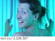 Купить «Красивая девушка в вертикальном солярии», фото № 2238367, снято 28 февраля 2010 г. (c) Сергей Петерман / Фотобанк Лори