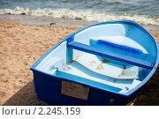 Синяя деревянная лодка на берегу Финского залива. Стоковое фото, фотограф Роман Богдановский / Фотобанк Лори