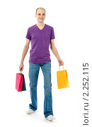 Купить «Мужчина с покупками», фото № 2252115, снято 25 декабря 2010 г. (c) Александр Лычагин / Фотобанк Лори