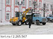 Купить «Уборка снега на улице Нахимсона. Ярославль», фото № 2265567, снято 6 января 2011 г. (c) Виктор Карасев / Фотобанк Лори