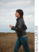 Купить «Девушка бежит», фото № 2267131, снято 2 октября 2010 г. (c) Василий Вишневский / Фотобанк Лори