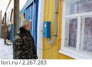 Купить «Пожилой мужчина смотрит показания электросчетчика», фото № 2267283, снято 2 января 2011 г. (c) fotobelstar / Фотобанк Лори