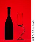 Купить «Бутылка вина с пустым бокалом на изогнутой ножке на красном фоне», фото № 2272727, снято 15 ноября 2018 г. (c) Buka / Фотобанк Лори