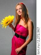 Девушка в розовом платье на сером фоне. Стоковое фото, фотограф Антон Романов / Фотобанк Лори