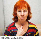 Купить «Пенсионерка показывает пальцем в область щитовидной железы», эксклюзивное фото № 2273659, снято 6 января 2011 г. (c) Анна Мартынова / Фотобанк Лори