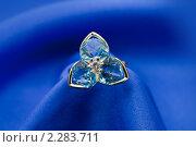 Купить «Золотое кольцо с сапфиром  на синем шелке», фото № 2283711, снято 11 декабря 2010 г. (c) ElenArt / Фотобанк Лори